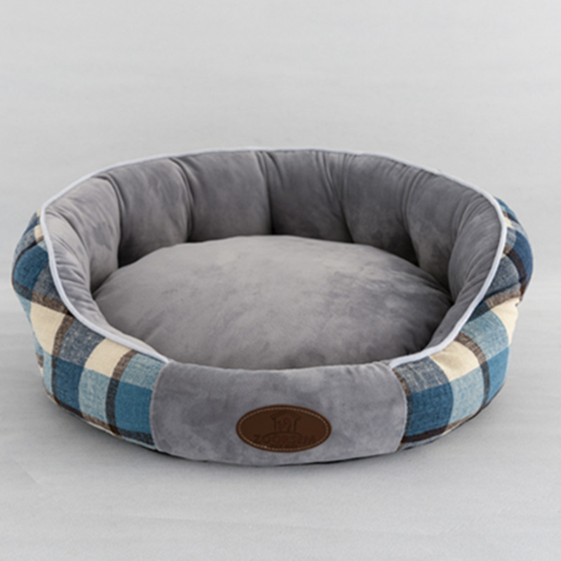 Model of Deep Grey Cat's Nest Cushion Plaid