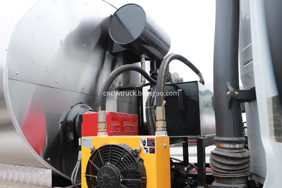 Synchronous gravel sealing vehicle 4