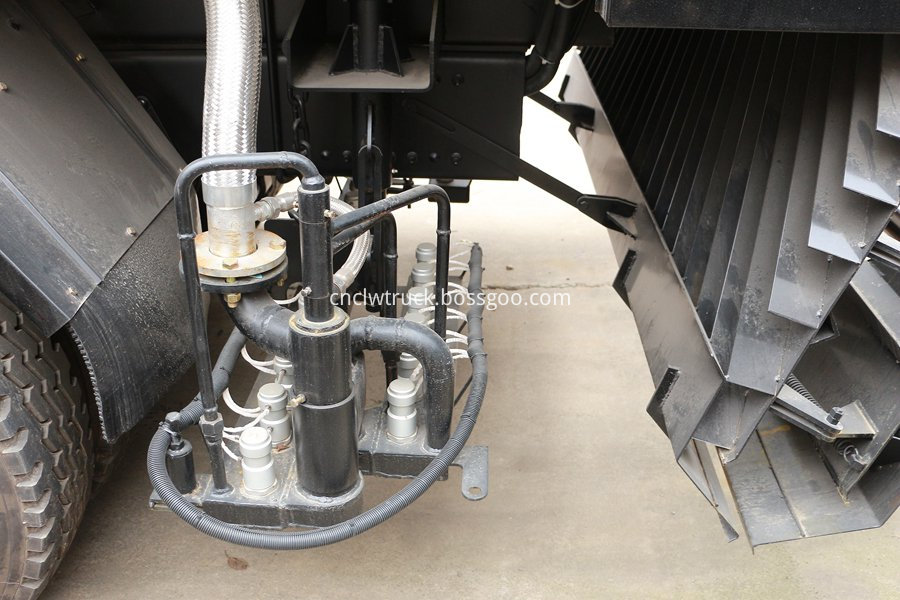 Synchronous gravel sealing vehicle 5